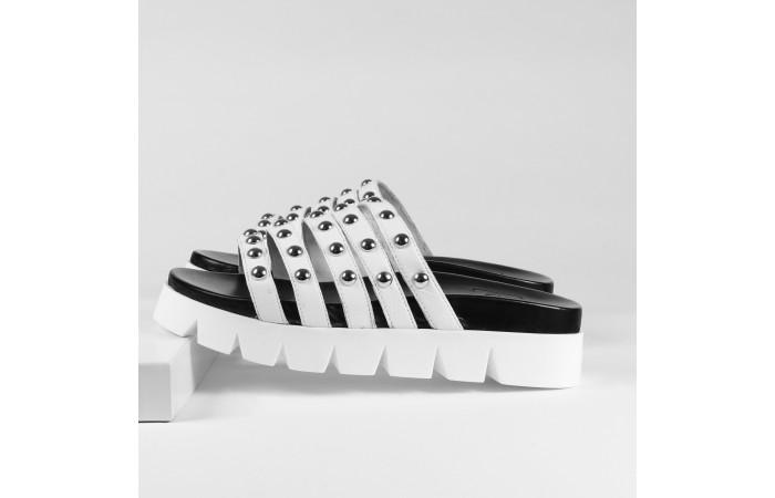 Sandàlia tires tatxes blanca