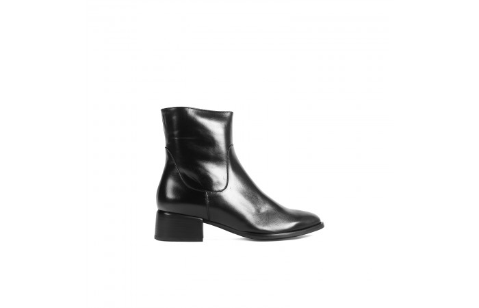 Black heeled leather ankle...