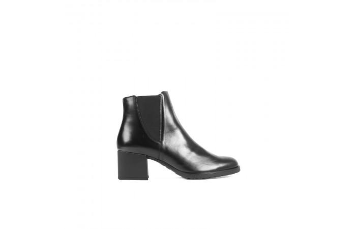 Black elastic square heel...