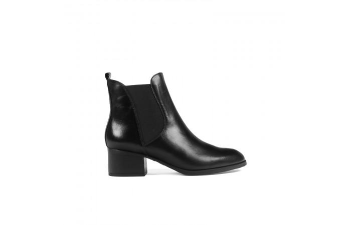 Black elastics ankle boots